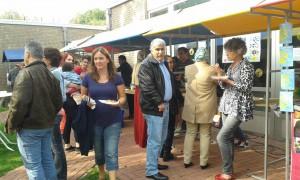 Tijdens de burendag in Boxmeer werden er goede contacten gelegd door bewoners en professionals onder het genot van zelfgemaakte hapjes
